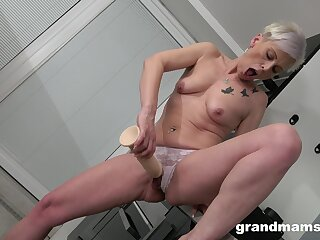 Perverted mature toys her warm cunt like a 18yo spread out