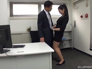 Pretty Asian secretary drops surpassing their way knees to delight his locate