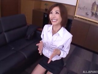 Asian amateur Akari Asahina drops on her knees in the air give a BJ