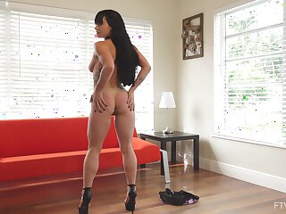 Unshod beauty motherland a massive dildo up her pussy while on cam