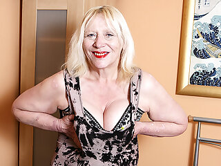 Raunchy British Housewife Playing With Her Hairy Snatch - MatureNL